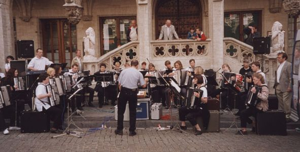 Das 1.Orchester des HSN, unter Ltg. von Gerd Clauss, in Brüssel beim Open Air